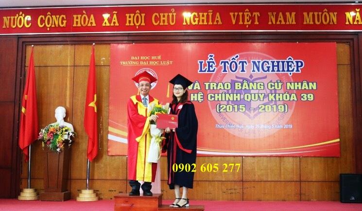Áo cử nhân thạc sĩ trao bằng cho sinh viên tại trường đại học